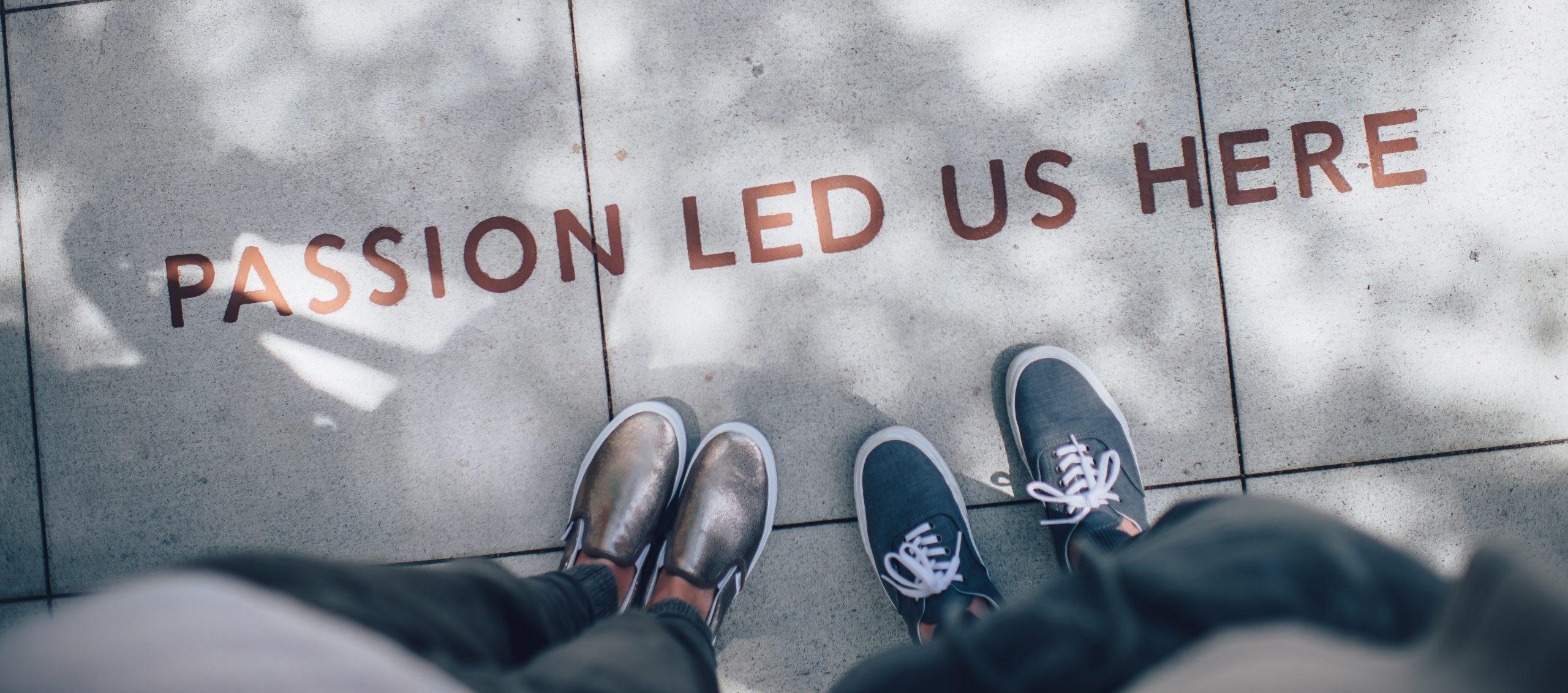 Festival FOCUS | photo de sol avec chaussures devant slogan -passion led us here- représentant toutes les infos utiles sur nos partenaires