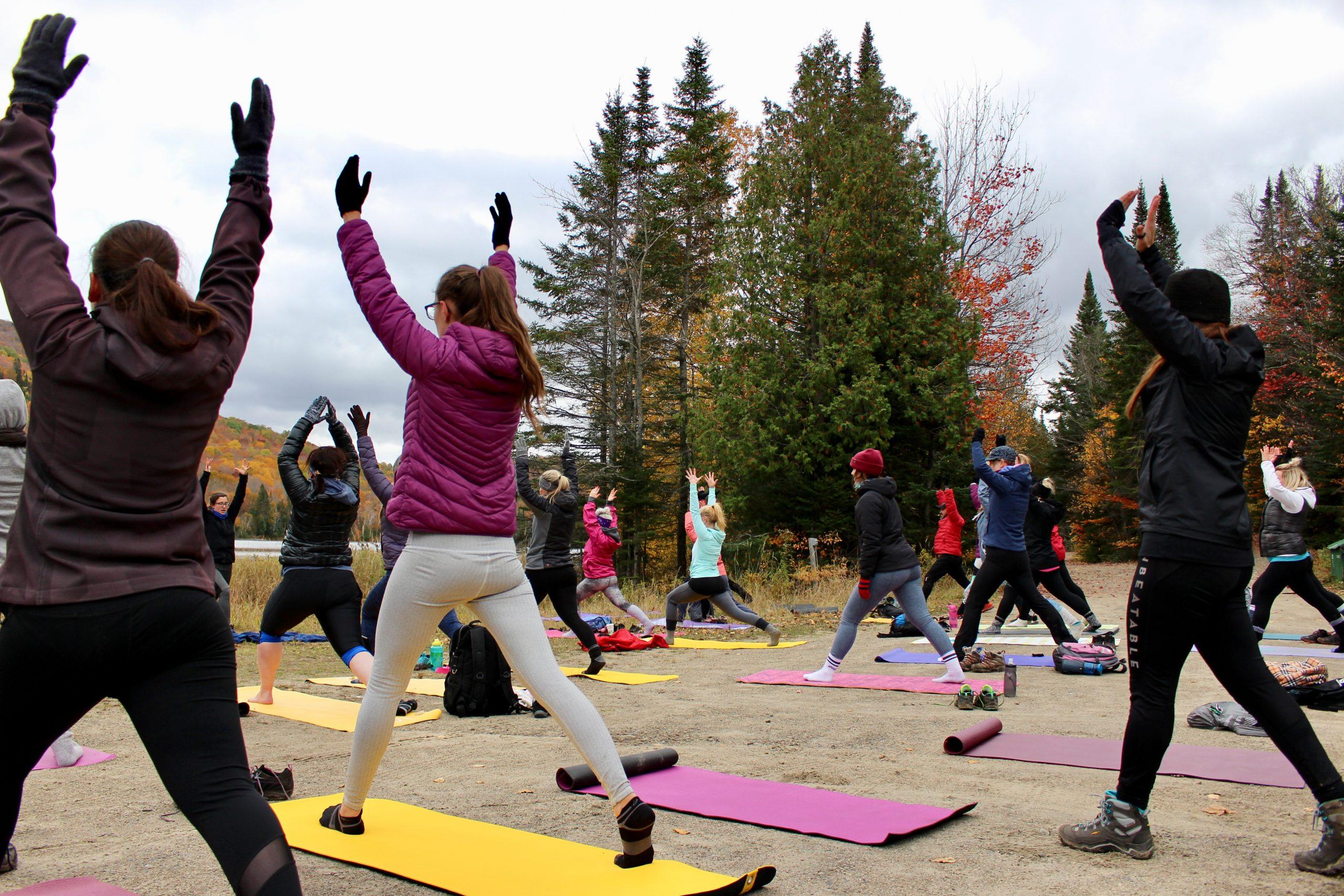 personnes faisant du yoga en nature